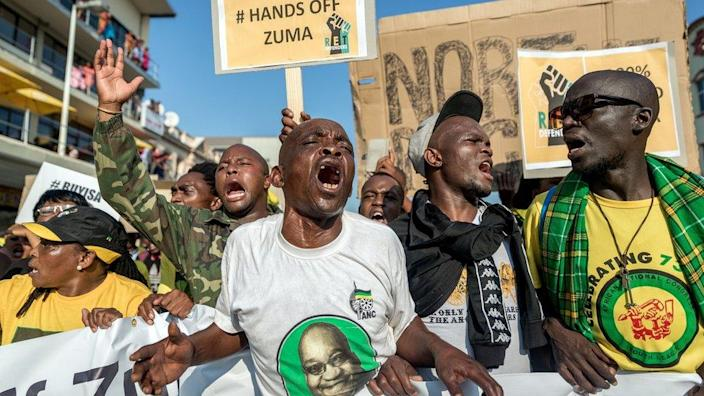 Supporters of the Jacob Zuma rally prior to his appearance in the KwaZulu-Natal High Court on corruption charges in Durban on 6 April 2018