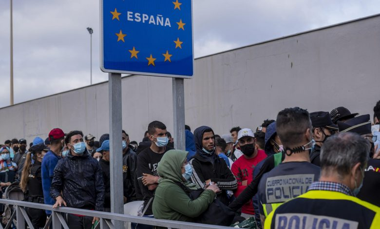 Border city divided over migrants