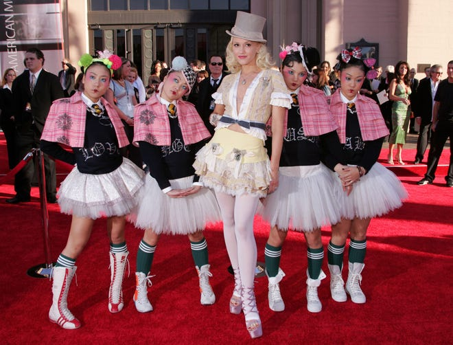 """Gwen Stefani poses with the Harajuku Girls as they arrive to the 32nd Annual """"American Music Awards"""" on November 14, 2004 in Los Angeles, California."""