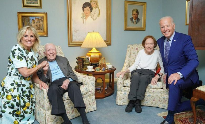The Bidens look enormous in viral photo with the Carters. Here's why