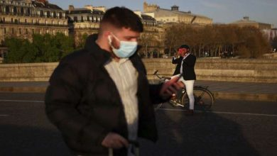 A man walks with a face mask to prevent the spread of the