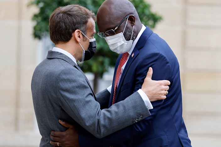French President Emmanuel Macron (L) welcomes his Liberian counterpart George Weah with a hug to to Élysée Palace in Paris.
