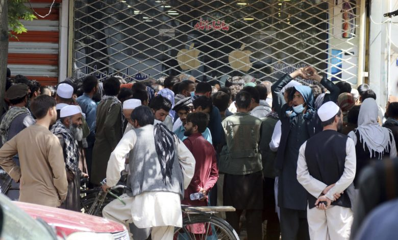 Afghanistan's economic crisis deepens as airlift winds down