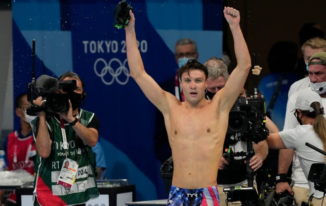 Bobby Finke celebrates after winning gold in the men's 1,500-meter freestyle.